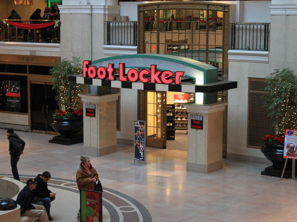 Foot Locker, Inc. (NYSE:FL): Can the Stock Surprise in Next Earnings?